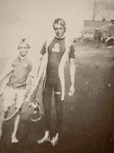 Jóvenes surferos en la vieja playa de la Cicer