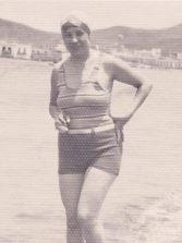 1935: la dueña del bazar remojando los pies