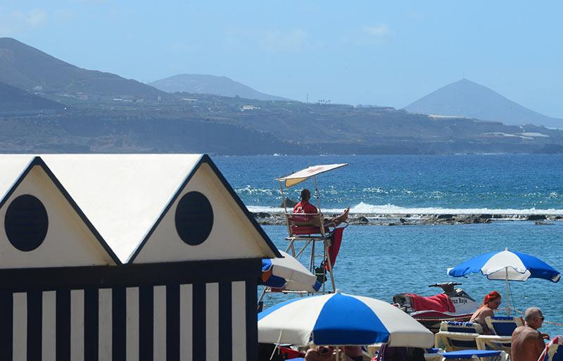 La playa de Las Canteras se prepara para abrir este lunes