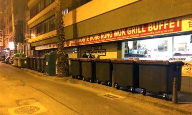 Una queja ciudadana sobre el excesivo número de contenedores de basura en una esquina cercana a Las Canteras