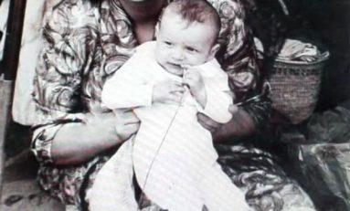 Encarnación Ramírez con su hijo Manuel en 1958