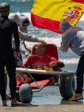 El surfero canario Marcos Tapia vence en el International Adaptive Surf Open