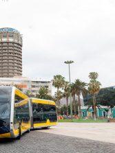 Una guagua 100 % eléctrica con estética de MetroGuagua circula por la ciudad a modo de pruebas