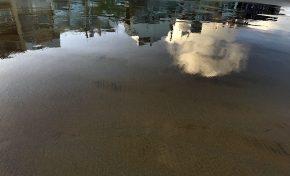 Una nube reflejada en la orilla