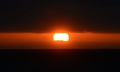 El sol sale de las nubes para ocultarse tras la isla de Tenerife