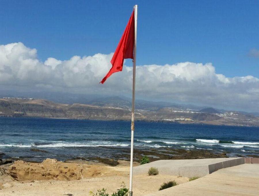 El arriado de la bandera roja de El Confital pendiente del nuevo Gobierno de Canarias