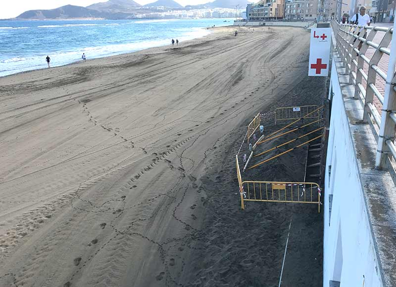 Se tapia la puerta del lado mar en las dependencias de la Cruz Roja en la Cicer