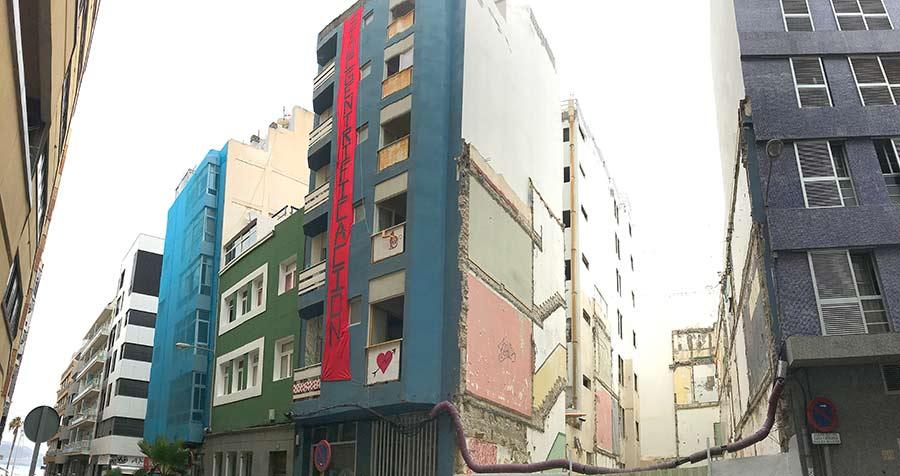 Una gran pancarta contra la gentrificacióndecora un edificio de la calle Nicolás Estévanez