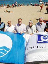 La playa de Las Canteras iza las Bandera Azul y la Q de Calidad Turística