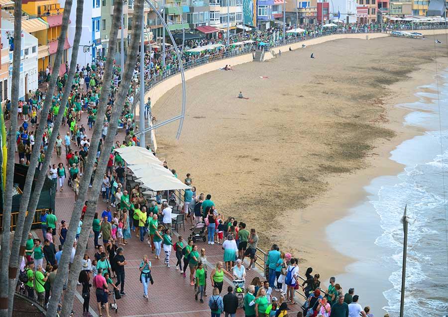 Una marea verde de agradecimiento invadió el paseo de Las Canteras