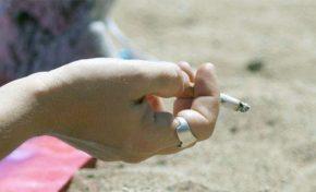 Un decreto del Ayuntamiento anula la prohibición de fumar en Las Canteras