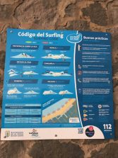 El código del surfing en todos los accesos a la playa de la Cicer