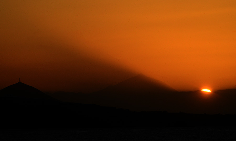 La luz del sol tropieza con el Teide