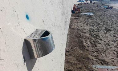 Todos los accesos a la playa ya tienen su cenicero