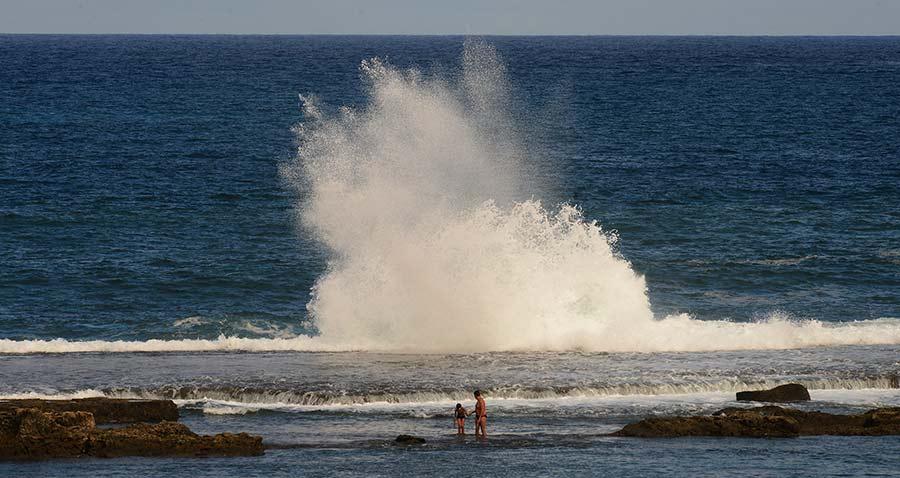 Una ola rompe en la Barra Grande