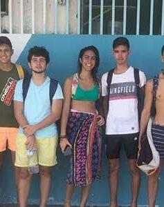 Un grupo de estudiantes se reúne los fines de semana para limpiar las playas