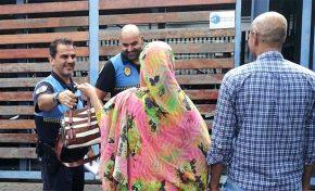 Entrega a la Policía local un bolso perdido en Las Canteras con 2.000 euros