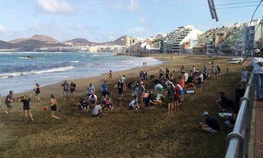 Guiris haciendo castillos en la arena