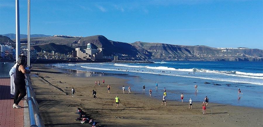 El partido de fútbol en la playa de la Cicer