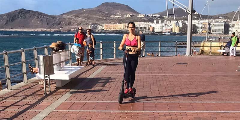 200 euros de multa si vas con patinete eléctrico por el paseo de Las Canteras