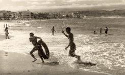 Jóvenes jugando en la orilla de Las Canteras, entre 1960 y 1965