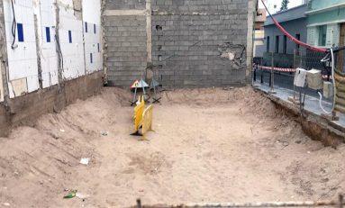 Arena de Las Canteras bajo las casas de Santa Catalina