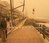 La policía local cierra los accesos a la playa por la falta de visibilidad