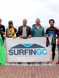 Los instructores de las escuelas de surfing de Las Canteras portarán riñoneras para la recogida de plásticos y residuos