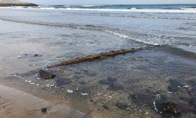 """Se deja ver en la playa de la Cicer el cable submarino de fibra óptica """"Optican"""""""