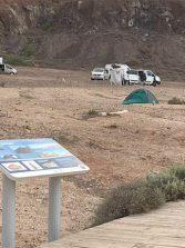 El campamento de furgonas que crece anárquicamente en El Confital