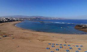 La pandemia cierra la playa de Las Canteras