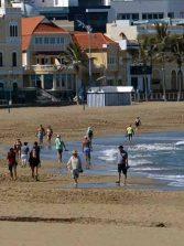 Ciudad de Mar ordena con señalética peatonal el sentido de la marcha en el Paseo de Las Canteras y en los accesos a las playas