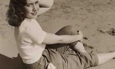 Mercedes Valido posa en Las Canteras. Década de los años 50