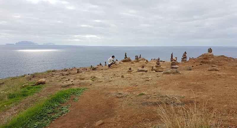 La moda de apilar piedras perjudica a especies de flora y fauna