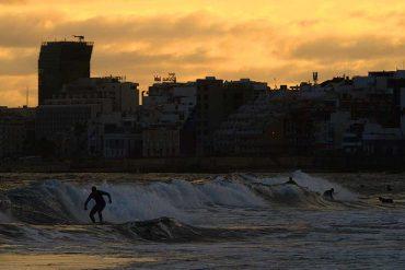 Surferos al amanecer