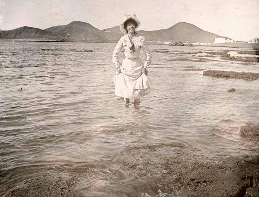 1900: Rosamund Stevens se remoja en Las Canteras