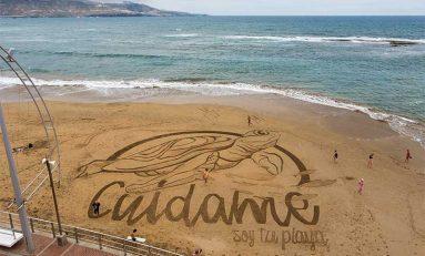 "Se dibuja en la arena una enorme tortuga para celebrar la llegada del verano. ""Time-lapse"""