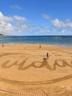"""Una enorme postal de arena en Las Canteras reivindica la vida en el Día Mundial de los Océanos. """"Time-lapse"""""""