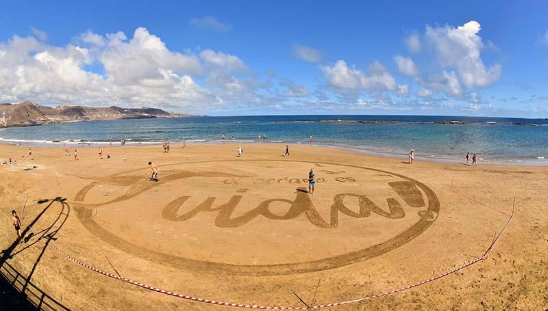 Una enorme postal de arena en Las Canteras reivindica la vida en el Día Mundial de los Océanos. «Time-lapse»