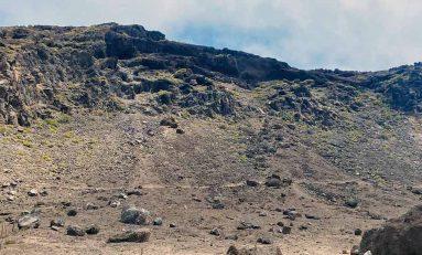 Denuncian que las personas que viven en las cuevas de los Canarios tiran la basura por la ladera de la montaña de El Confital