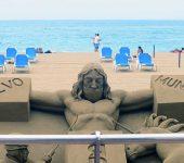En la nueva escultura de Etual el hombre lleva mascarilla