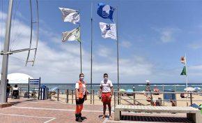 La playa de Las Canteras iza la Bandera Azul y la Q de Calidad Turística como símbolo de calidad, seguridad y sostenibilidad