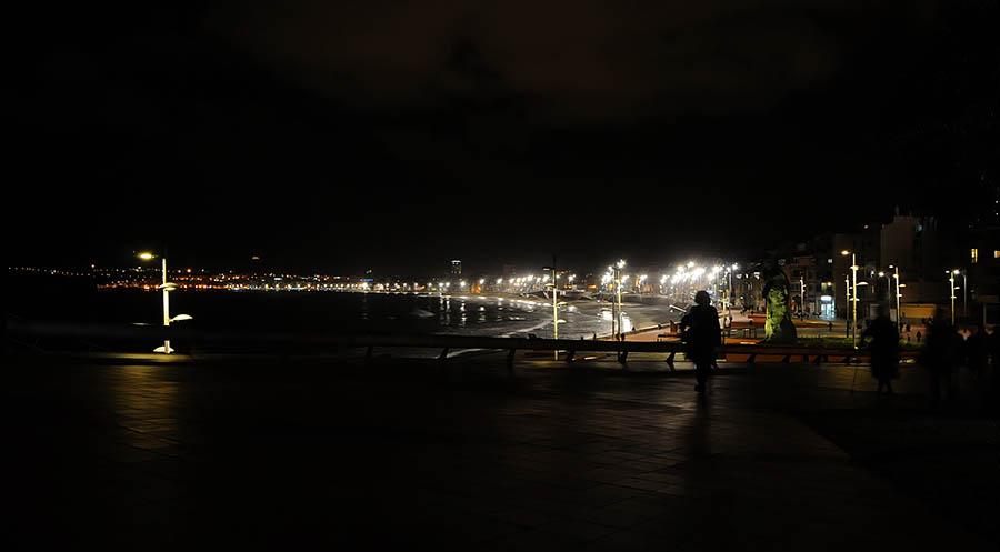 ¿Cerrar la playa de Las Canteras de noche para evitar los botellones?