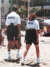1997: la policía local patrulla por la playa