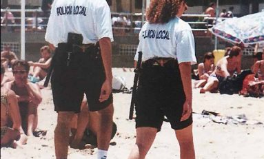 1997: la policía local patrulla por la playa