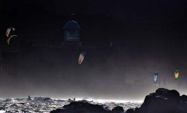 Los kitesurfs llenan de cometas a Las Canteras