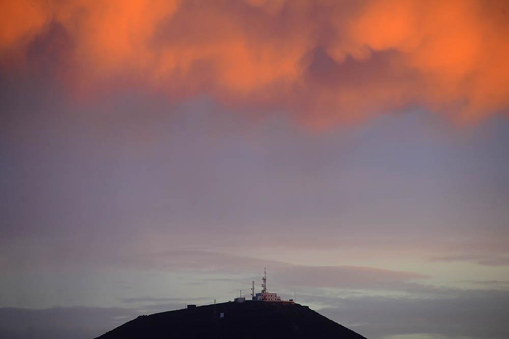 El faro de La Isleta bajo la nube anaranjada