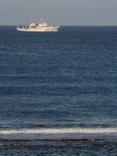 El buque hidrográfico de la Armada española Tofiño en la bahía de El Confital