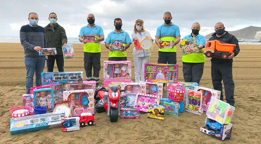 Los trabajadores del servicio de Ciudad de Mar suman juguetes solidarios a la campaña '+ que Reyes'