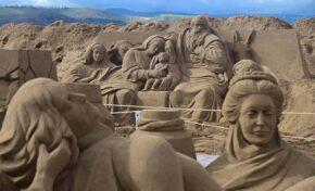 El Belén de arena de Las Canteras, una atracción global en Navidad